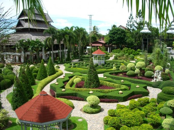 The history of the park starts in 1954, when Mr. and Mrs. Pisit (it is also called Madame) Nawng Nooch Tansaka bought in the province of Chonburi land, ...